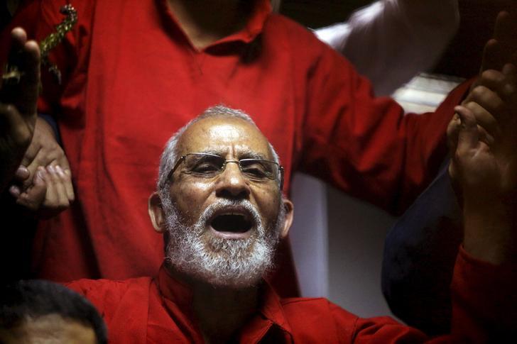 المرشد العام لجماعة الإخوان المسلمين محمد بديع أثناء إحدى جلسات محاكمته- رويترز