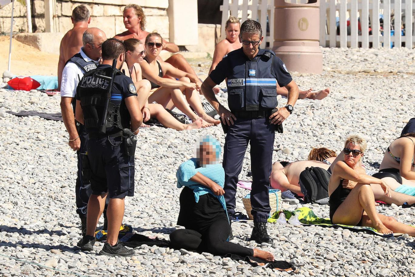 الصورة لإمرأة أجُبرت على خلع ملابسها في إحدى شواطئ «نيس» المصدر: الإندبندنت