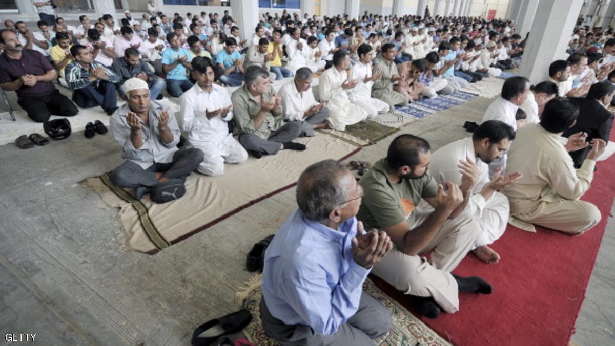 مسلمون في اليونان يصلون صلاة العيد في ملعب السلام والصداقة قرب أثينا لعدم وجود مسجد فيها - المصدر: سكاي نيوز