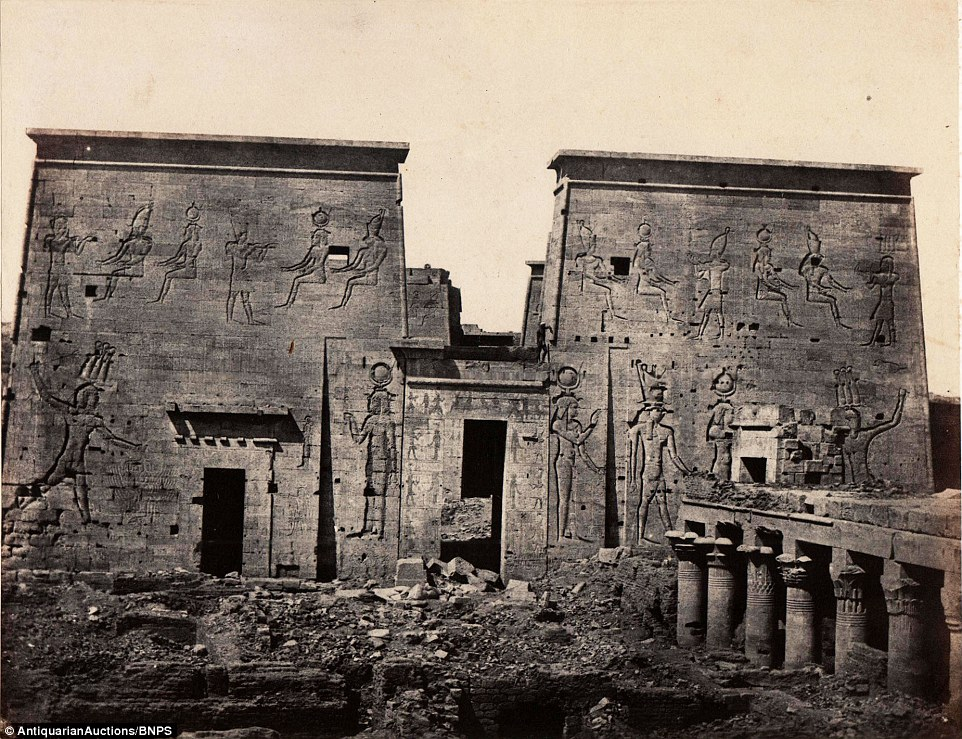 معبد إيزيس في فيلة، تم إلتقاطها عام 1840، وقد تم نقله بسبب بناء السد العالي.