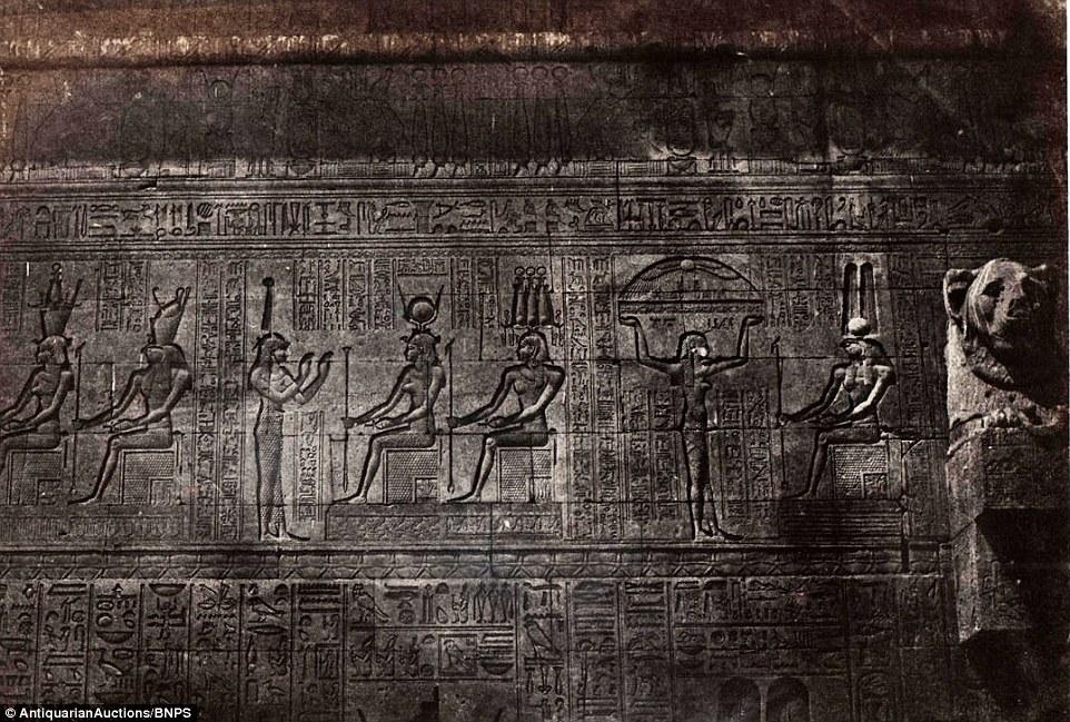 إفريز من معبد دندرة، وتعد تلك الصورة أحد أشهر الصور التي التقطها دو كامب.