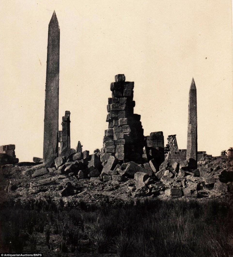قضى دو كامب العديد من الساعات في صحراء الأقصر لإلتقاط تلك الصورة لمعبد الكرنك.