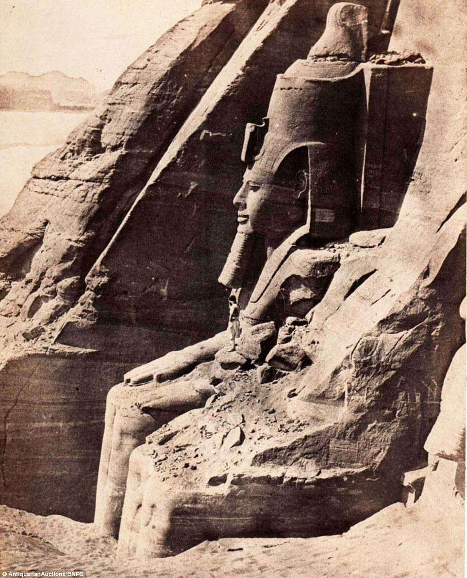 تمثال رمسيس الثاني، والذي يعد أحد 59 صورة إلتقطها دو كامب للمعالم السياحية بالأبيض والأسود.