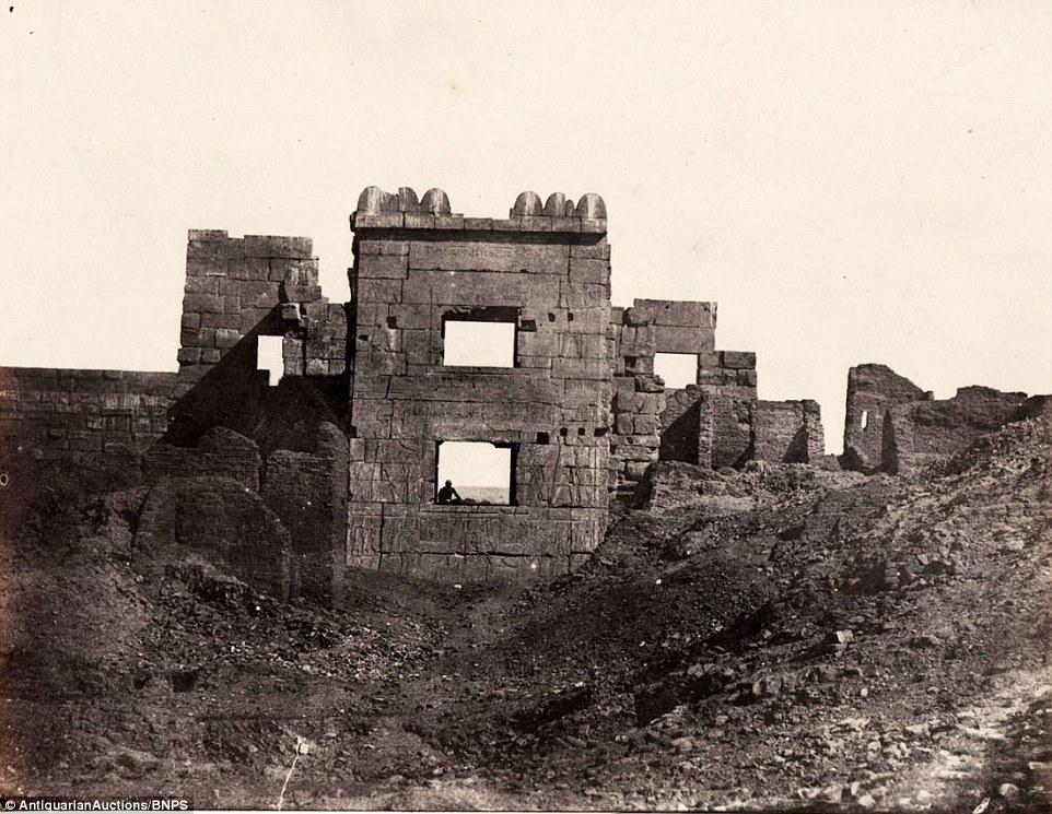 المعبد الجنائزي للملك رمسيس الثالث، وإلتقطها دو كامب عندما كانت الكاميرا الحديثة في مهد انتشارها.