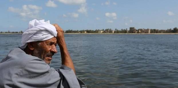 مواطن ينتظر انتشال جثة ابنه الذي غرق في مركب يقل 600 مهاجر غير شرعي قبالة كفر الشيخ، صور رويترز