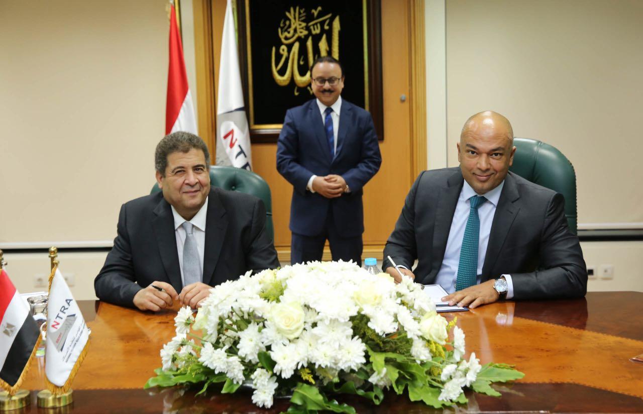 مسؤولو الجهاز القومي للاتصالات مع مسؤولي شركة اتصالات مصر خلال توقيع عقد رخصة الجيل الرابع 15- 10-2016- صورة من الجهاز القومي للاتصالات