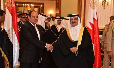 الرئيس عبد الفتاح السيسي يصافح ملك البحرين حمد بن عيسى في المنامة 29 أكتوبر 2015 - صورة من الرئاسة