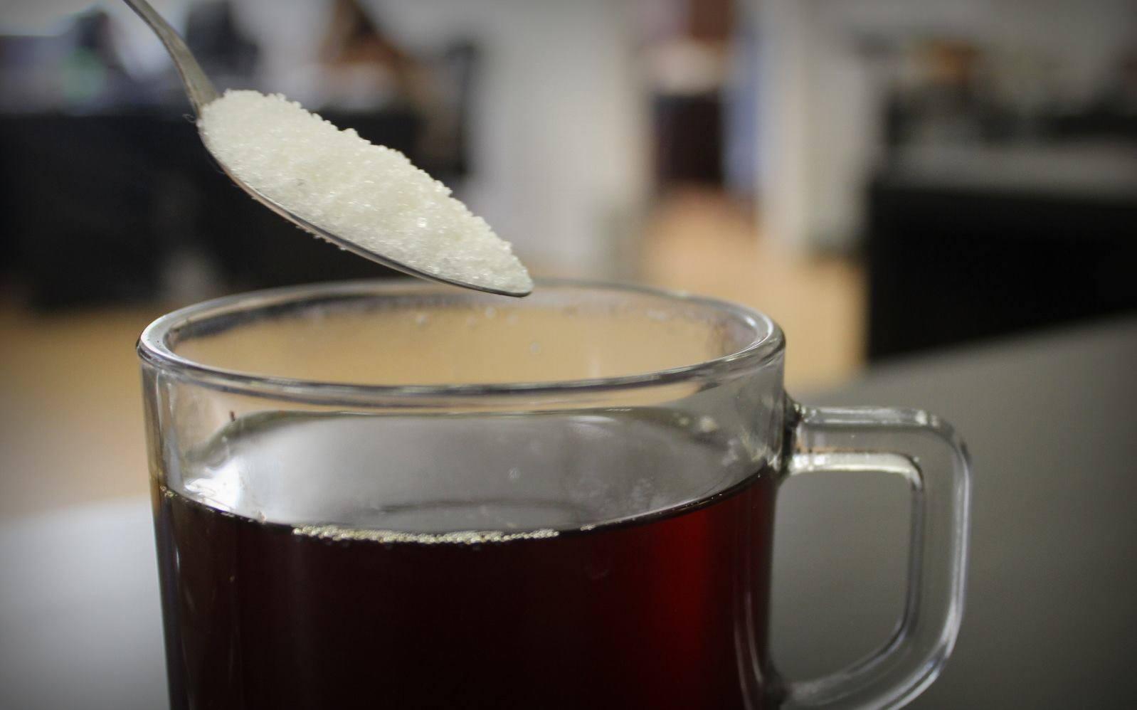 كوب الشاي لم يعد مطلبا سهلا في ظل أزمة السكر. صورة من أصوات مصرية