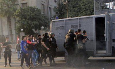 قوات الأمن تلقي القبض على عدد من الشبان في مظاهرة سابقة - رويترز