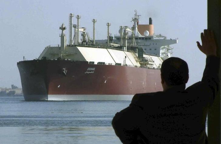 سفينة لنقل الغاز المسال تمر في قناة السويس. صورة من أرشيف رويترز