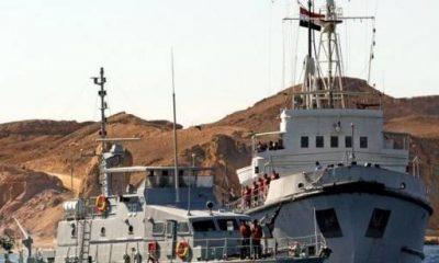 سفينة تابعة للبحرية المصرية، تحمل الصندوق الأسود للطائرة التي تحطمت قبالة سواحل شرم الشيخ، 17 يناير 2004- رويترز