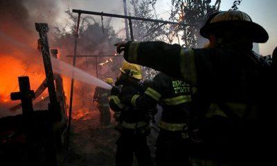رجال إطفاء يكافحون حريقا في حيفا يوم الخميس. تصوير: باز راتنر - رويترز.