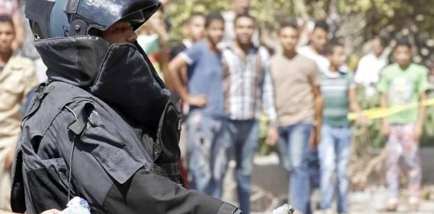 خبير مفرقعات خلال تفحصه لعبوة ناسفة خلال مواجهات اليوم مع الإخوان في ذكرى فض رابعة - صورة من رويترز
