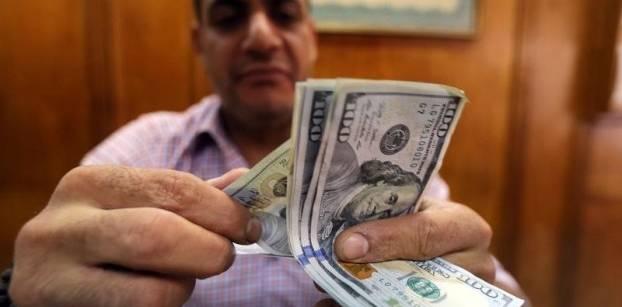 موظف في شركة صرافة يعد أوراق بنكنوت من الدولار الأمريكي - 3 نوفمبر 2016 - رويترز