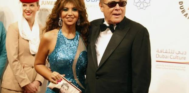 الفنان الراحل محمود عبدالعزيز وزوجته بوسي شلبي، في حفل افتتاح مهرجان دبي السينمائي، ديسمبر 2012- رويترز