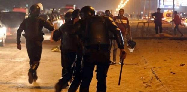 أحداث عنف بين الأمن ومشجعي نادي الزمالك أمام ستاد الدفاع الجوي - رويترز