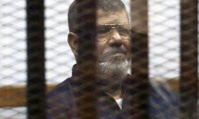 الرئيس الأسبق محمد مرسي، يستمع من خلف القضبان للحكم عليه، 16 يونيو 2015- صورة لرويترز