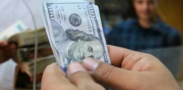 موظف يعد أوراق نقد من الدولار الأمريكي في مكتب صرافة بالقاهرة يوم 3 نوفمبر تشرين الثاني 2016. تصوير: محمد عبد الغني - رويترز.