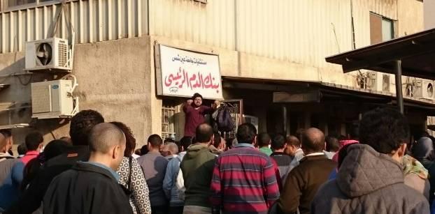 مواطن يحاول تنظيم حشود من المسلمين والأقباط تتزاحم للتبرع بالدماء أمام بنك الدم.. صورة ياسمين سليم من أصوات مصرية.